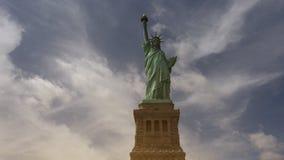New York: Standbeeld van Vrijheid, met wolken en gevolgen, ultra hd 4k stock videobeelden