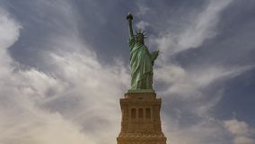 New York: Statua della libertà, con le nuvole e gli effetti, ultra hd 4k video d archivio
