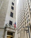 New York Stock Exchange byggnad med det Wall Street tecknet Royaltyfri Bild