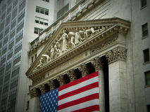 New York Stock Exchange byggnadsyttersida med flaggan Arkivbild