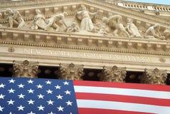 New York Stock Exchange exterior con la bandera americana Imagen de archivo libre de regalías