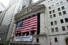 New York Stock Exchange med amerikanska flaggan fotografering för bildbyråer
