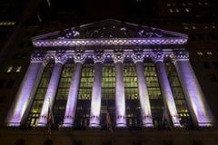 New York Stock Exchange por noche Foto de archivo libre de regalías