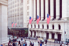 New York Stock Exchange, Wall Street op de zomerochtend Stock Foto's