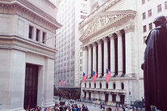 New York Stock Exchange, Wall Street op de zomerochtend Royalty-vrije Stock Fotografie