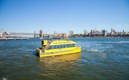 NEW YORK - táxi da água com ponte de Brooklyn Foto de Stock