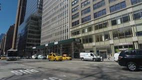 New York, taxi di U.S.A. e bus pubblici nelle vie di New York stock footage