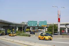 New York taxi på Van Wyck Expressway som skriver in den internationella flygplatsen för JFK i New York Royaltyfri Bild
