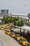 New York taxilinje bredvid British Airways terminal 7 på John F Kennedy International Airport i New York Royaltyfri Foto