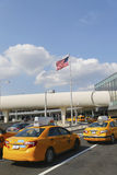 New York taxilinje bredvid JetBlue terminal 5 på John F Kennedy International Airport i New York Arkivbilder