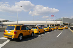 New York taxilinje bredvid JetBlue terminal 5 på John F Kennedy International Airport i New York Royaltyfri Foto