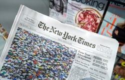New York Times gazeta w ręce zdjęcia stock