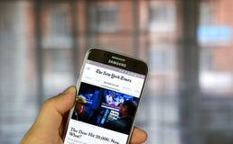 New York Times på den Android telefonen Royaltyfri Fotografi