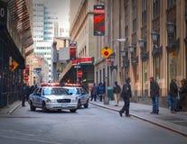 NEW YORK TIMES-QUADRAT, APR, 24, 2015: Polizeidienststelle NYPD New York, die geschlossen wurde, blockierte New- Yorkstraße für d Stockfotos