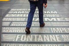 New York, Times Square Mappa dei nomi dei teatri sulla terra immagini stock libere da diritti