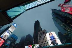 New York - Times Square próximos da skyline da noite, New York, Midtown, Manhattan Foto de Stock