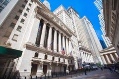 NEW YORK, U.S.A. - 18 APRILE 2014: New York Stock Exchange in Manhattan finanzia il distretto Vista della costruzione nel cielo Fotografie Stock