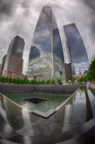 NEW YORK - U.S.A. - 13 giugno 2015 la gente si avvicinano alla torre e a 9/11 di libertà Fotografia Stock Libera da Diritti