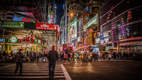 New York, U.S.A. - 2012, il 23 dicembre: Area vicino al Times Square alla notte Il Times Square è un'intersezione commerciale imp Immagini Stock Libere da Diritti