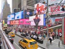 New York, U.S.A., il 19 giugno 2017 folle della gente nella N Y che aspetta nella linea per ottenere i biglietti a Broadway gioca Immagine Stock