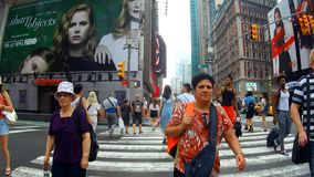 New York, U.S.A. - 4 luglio 2018: Via che passa con il giorno New York del Times Square archivi video