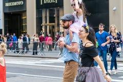 NEW YORK, U.S.A. - 5 MAGGIO 2018: Gente non identificata sulla via di New York immagine stock libera da diritti