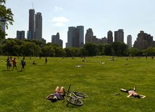 New York, U.S.A. - 25 maggio 2018: La gente in Central Park a New York fotografia stock