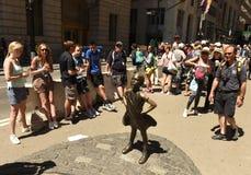 New York, U.S.A. - maggio 2018: La gente vicino alla scultura di carico del toro a New York immagini stock libere da diritti