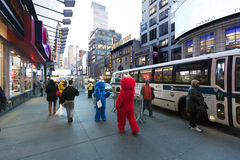 Elmo & mostro del biscotto sulla quarantaduesima via Manhattan New York Fotografie Stock