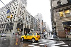 Taxi e pedoni gialli a Chinatown piovosa Manhattan Nuova-Yor Fotografia Stock