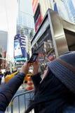 Vittoria turistica di Manhattan New York del Times Square di fotografia cellulare Fotografie Stock Libere da Diritti