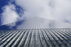 New York, U.S.A. - novembre 2018: Vista alta inferiore di Freedom Tower del distretto finanziario in Lower Manhattan, New York, U immagini stock