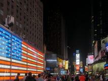 NEW YORK, NEW YORK, U.S.A. - 12 SETTEMBRE 2015: al neon noi bandiera ed al Times Square elettrico alla notte immagini stock