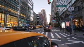 New York, U.S.A., settembre 2018: Guidando nella sera a New York nella carrozza gialla famosa stock footage