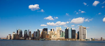 New York unter blauen Himmeln Stockfotografie