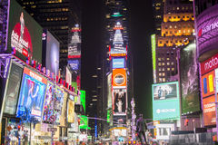 NEW YORK, US - 22. NOVEMBER: Beschäftigtes Times Square nachts. November Stockfotos