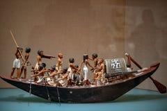 NEW YORK USA - APRIL 23 2017 - egyptiskt wood fartyg på det storstads- museet Arkivfoton