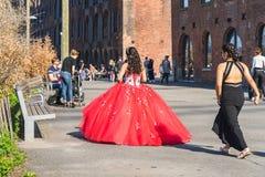 NEW YORK USA - APRIL 28, 2018: En brud och en brudtärna som går i gator av Dumbo, Brooklyn, New York royaltyfri foto