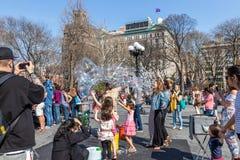 NEW YORK USA - APRIL 14, 2018: Newyorkers och turister i parkera, västra by, New York arkivbilder