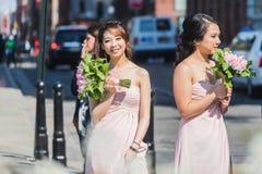 NEW YORK USA - APRIL 28, 2018: Två brudtärnor som står i gator av Dumbo, Brooklyn, New York arkivfoto