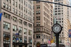 NEW YORK, USA - 7. AUGUST 2017: Bürgersteigs-Uhr bei Fifth Avenue Stockfoto