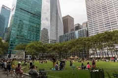NEW YORK, USA - 6. AUGUST 2017: Leute, die einen schönen Tag in B genießen Stockbilder