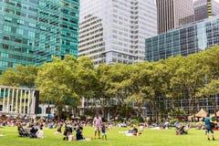 NEW YORK, USA - 6. AUGUST 2017: Leute, die einen schönen Tag in B genießen Stockfotos