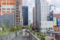 NEW YORK, USA - 9. AUGUST 2017: Leute, die entlang das hohe Li gehen Lizenzfreie Stockfotos