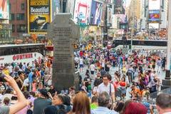 NEW YORK USA - AUGUSTI 20, 2014: Times Square som trängas ihop av turist Arkivfoton