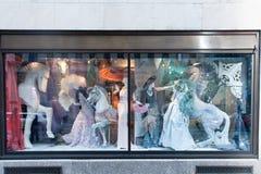NEW YORK USA - DECEMBER 11, 2011 - som är härliga, shoppar skärm för xmas Arkivfoton