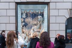 NEW YORK USA - DECEMBER 11, 2011 - som är härliga, shoppar skärm för xmas Arkivfoto