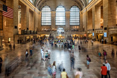 NEW YORK - USA - 11 den JUNI 2015 Grand Central stationen är fulla av folk Fotografering för Bildbyråer