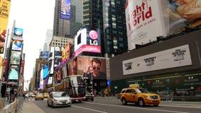 NEW YORK, USA DEZEMBER 2017: Autoverkehr und -touristen auf Times Square, Manhattan stock footage