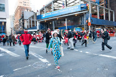 NEW YORK, USA - 10. Dezember 2011 - Leute deressed als Weihnachtsmann, der Weihnachten feiert Stockbilder